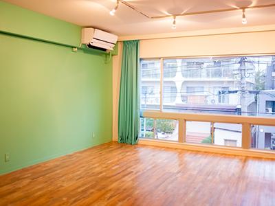 ミントブルーの壁が印象的なスタジオ